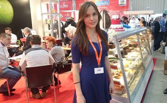 piękna hostessa na targach Expo Sweet