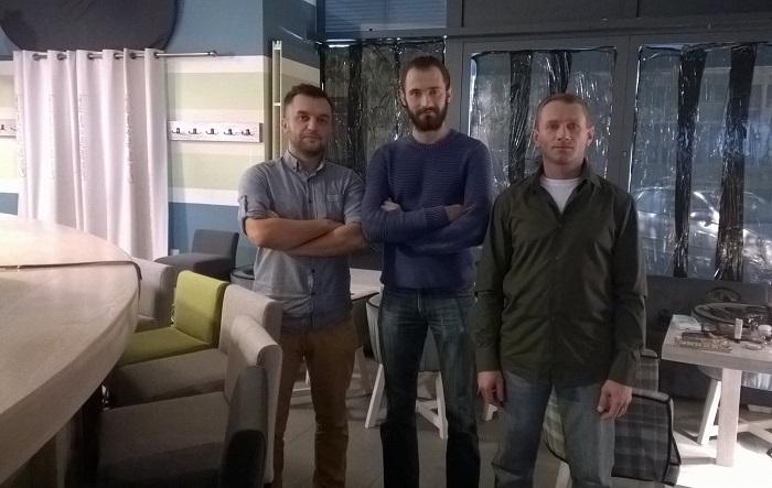 trzech panów statystów na planie zdjęciowym