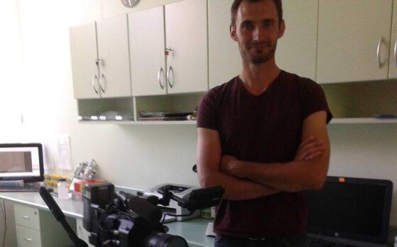epizodysta na planie zdjęciowym w klinice