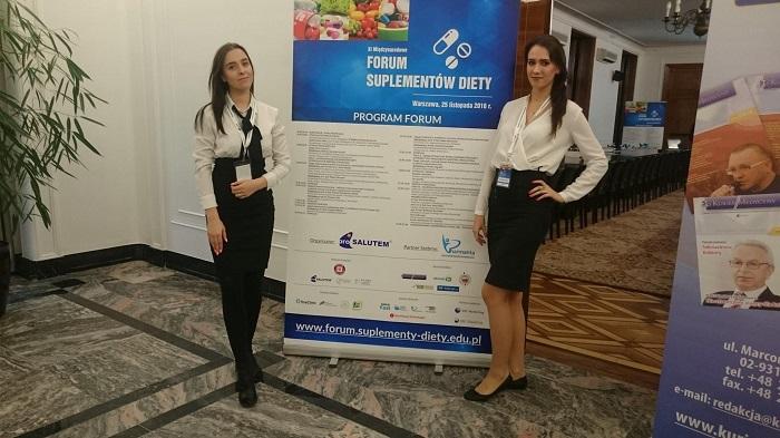 dwie hostessy na międzynarodowej konferencji