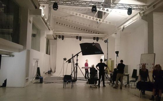 sześć modelek i modeli na sesji zdjęciowej