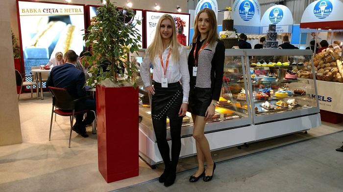 dwie hostessy na targach Expo Sweet