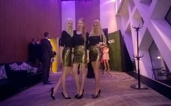 trzy piękne modelki na bankiecie