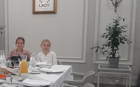 dwie dziewczynki i pięciu statystów w programie telewizyjnym