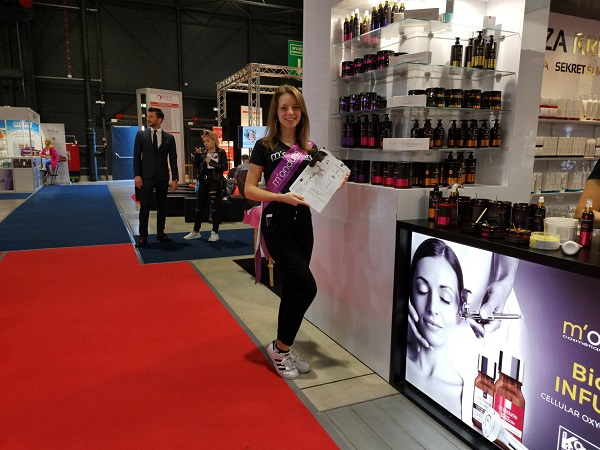 hostessa na targach Beauty Forum