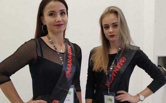 dwie hostessy na kongresie
