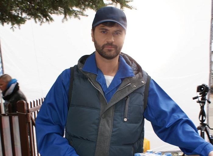 epizodysta Janek jako dostawca w sesji zdjęciowej