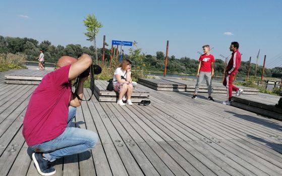 trzech modeli i jedna modelka w sesji zdjęciowej